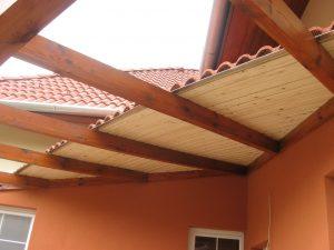 Ívelt előtető egy pilisjászfalui családi ház terasza felett.