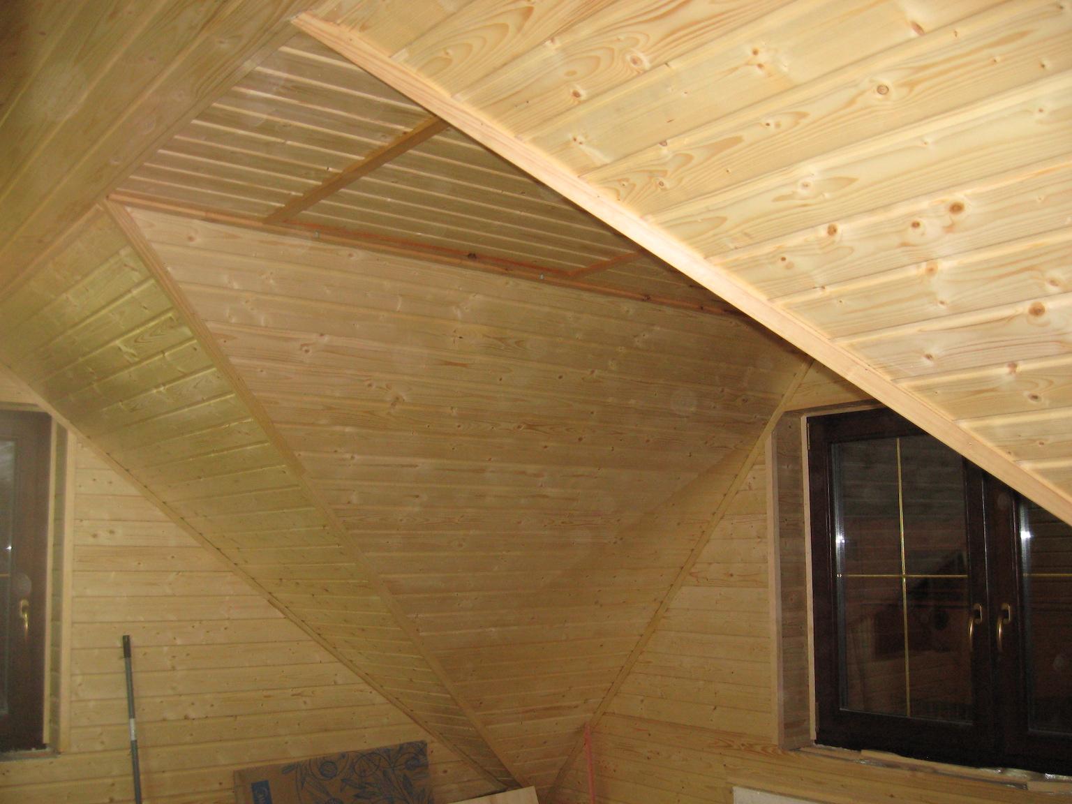 Álló tetőtéri ablak lambériázása.