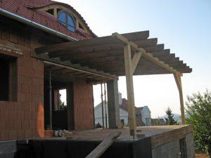 Nagykovácsi családi ház terasza fölé épített pergola.